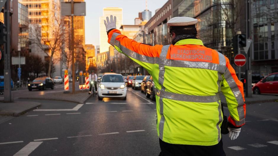 Fingerzeig: Verkehrspolizist in Frankfurt in Aktion