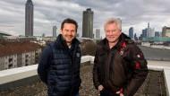 """Bester Dinge: """"Lilien""""-Trainer Dirk Schuster (links) und FSV-Coach Benno Möhlmann über den Dächern von Frankfurt."""