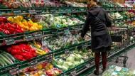 Eingeschweißt: Viel Obst und Gemüse wird in Plastikfolien verpackt.