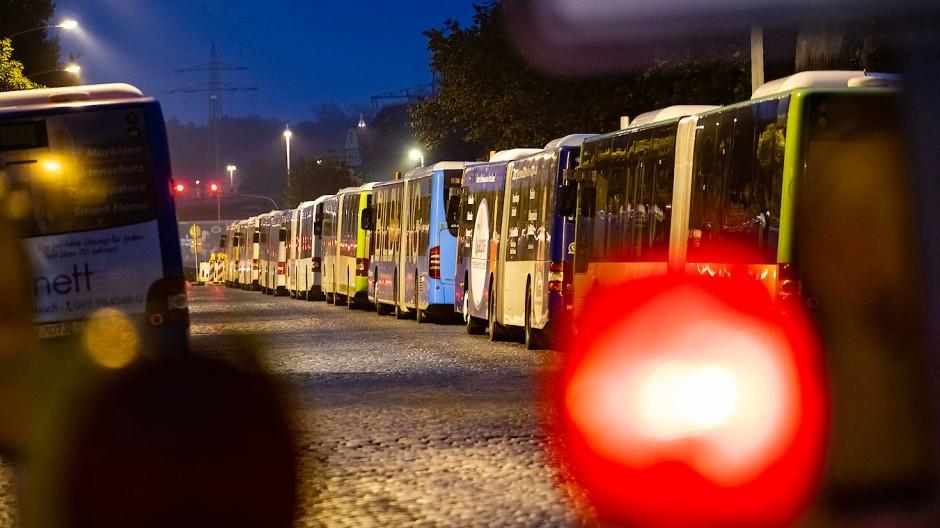 Stillstand: Auch in den nächsten Tagen dürften in Hessen viele Linienbusse in den Depots bleiben
