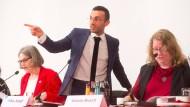 Zeigt an, wo es langgeht: SPD-Vorsitzender Mike Josef, hier mit Renate Wolter-Brandecker (links) und Ursula Busch.
