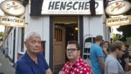 Satire und Schnaps: Die neue Kneipe Henscheid in Frankfurt bewirbt sich ironisch. Namensgeber Eckhard Henscheid (links) und Oliver Maria Schmitt bei der Eröffnung.