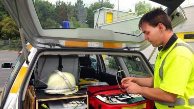 Für alle Fälle: Auf seinen Einsätzen hat Ronny Heckwolf immer einen Helm, eine Trage und einen Arztkoffer dabei.
