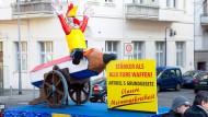 Ritt auf der Bleistift-Kanone: In Wiesbaden griff ein Motivwagen die Anschläge auf die Satirezeitschrift Charlie Hebdo auf und war damit aktueller denn je - aufgrund der Kopenhagener Attentate am Vorabend.