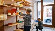 Alle Hände voll zu tun: Ursula Artmann räumt mit einer Mitarbeiterin die Regale des dritten Frankfurter Weltladens ein