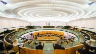 Pressevertreter verfolgen eine Debatte im hessischen Landtag.