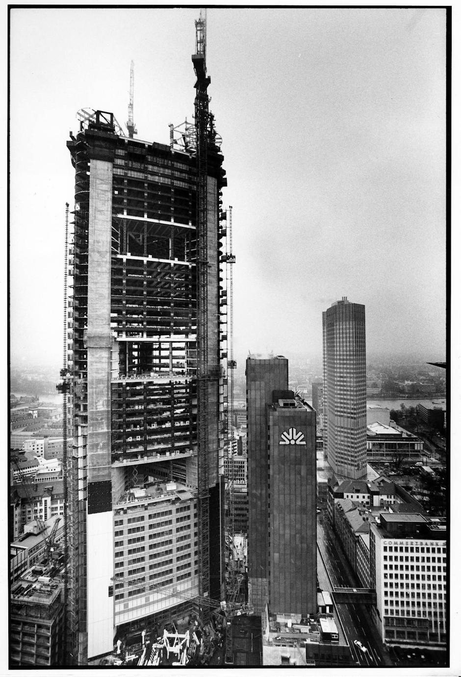 Gerippe: Der Commerzbank-Turm als Baustelle, abgelichtet im Februar 1996