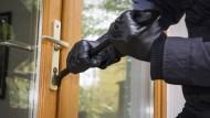 Kurzer Prozess: Einbrecher wollen schnell zur Sache kommen. Meistens gelangen sie durch das Aufhebeln von Türen und Fenstern ins Haus.