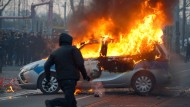 Mehr als nur brennende Autos: Bei der Eröffnung der EZB wurden laut hessischem Innenministerium 150 Polizisten verletzt, 80 davon durch ätzende Flüssigkeit.