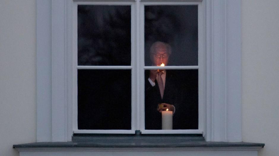 Gedenken an die Corona-Opfer: Wie Bundespräsident Frank-Walter Steinmeier im Januar sollen auch am Wochenende Menschen Kerzen ins Fenster stellen als Zeichen der Anteilnahme.