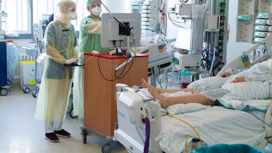 Umsorgt: 157 Patientinnen und Patienten liegen auf Covid-19 Intensivstationen in Hessen.