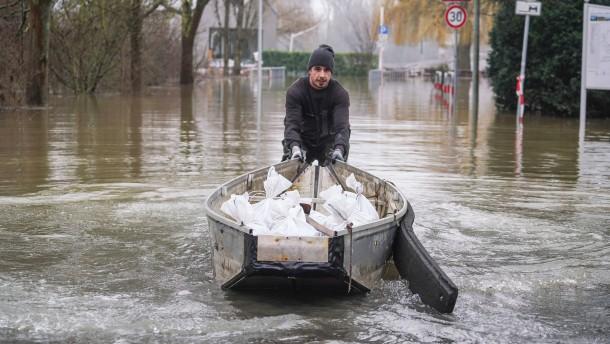 Rhein gesperrt für Schiffe und Fähren