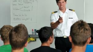 In Uniform vor der zehnten Klasse