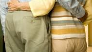 Spätes Glück: Einer Umfrage zufolge empfinden 65 Prozent der Senioren auch im Alter noch Liebesgefühle. Und viele würden sich auch noch einmal auf eine neue Beziehung einlassen.