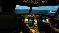 """""""Wir müssen im Cockpit aufeinander aufpassen"""": Blick in einen Flugsimulator des Typs Airbus 320-212 bei der Lufthansa."""
