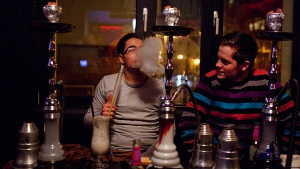 Kontrolle in Shisha-Bars - Nach den Kohlenmonoxid-Vergiftungen in Shisha-Bars in Wiesbaden kontrolliert die Stadt Frankfurt spontan Shisha-Bars mit einem Kohlenmonoxid-Messgerät. In der Folge will sie über Auflagen für solche Bars nachdenken.