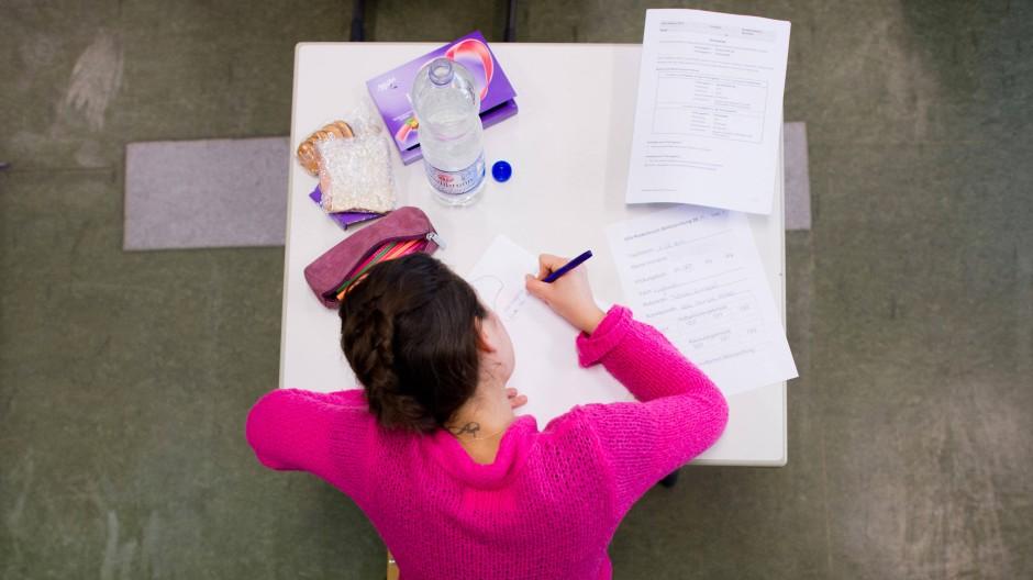 Nervennahrung: Wenn die Abituraufgaben unverständlich sind, helfen Schokoherzen und Kekse allerdings auch nicht weiter.