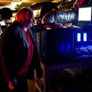 Vergangenheit: Der Kinobesitzer des Berger Kino, Harald Metz, vor seinem digitalen Projektor im Vorführraum