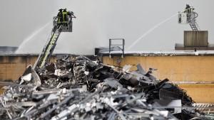 Explosionsgefahr durch Brand in Lagerhalle