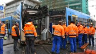 Totalschaden an der Bahn: Die Straßenbahn wurde in der Mitte auseinandergerissen.