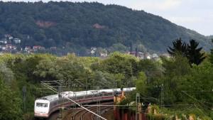 ICE-Reisende sitzen im Zug fest