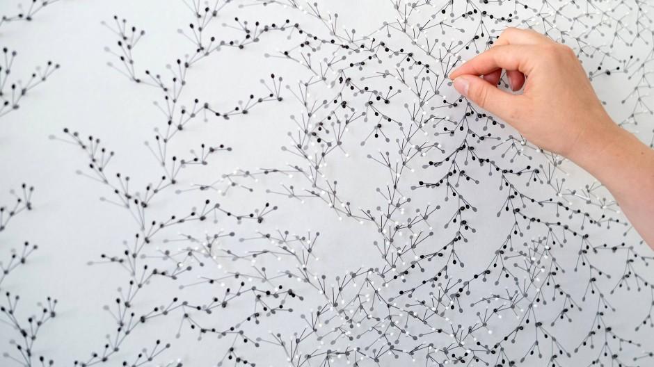 Nullpunkte: Feine Kompositionen aus Stecknadeln, die echte und fotografische Schatten werfen
