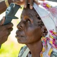 Augenblick: In der Provinz Kwale südlich von Mombasa, einer der ärmsten Gegenden im südlichen Kenia, helfen Reihenuntersuchungen etwa dieser Frau