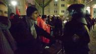 Gesprächsbedarf: Demonstranten und Polizisten vor dem Saalbau Gallus