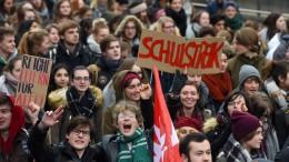 Schüler streiken und verlangen mehr Geld für Schulen