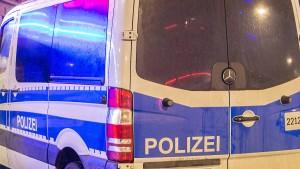 Jugendlicher Räuber pinkelt in Polizeiwagen