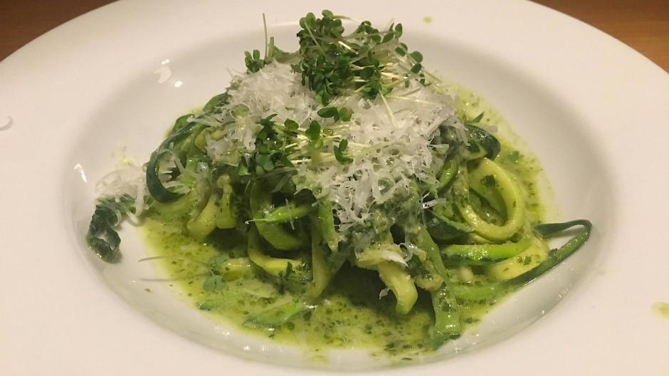 Kommen ohne Fleisch und Getreide aus: die Zucchini-Spaghetti mit frisch geriebenem Parmesan
