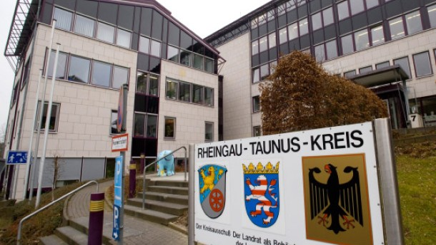 Bad Schwalbach Frau Stürmt Mit Messer In Ausländeramt Region Und
