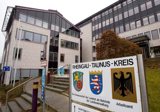 Bild Zu Bad Schwalbach Frau Stürmt Mit Messer In Ausländeramt