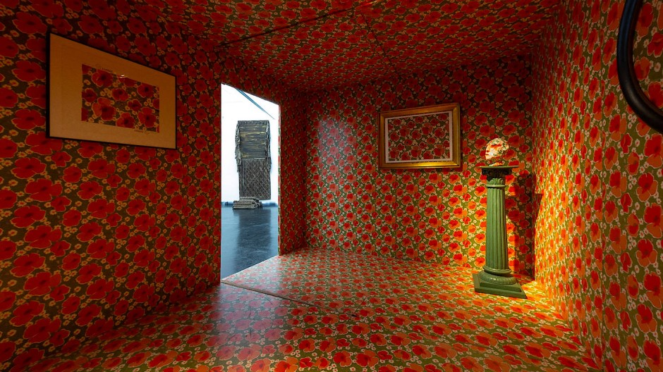 """Spielerisch, versiert und nach Jahren erstmals wieder aufgebaut:  """"Tapete auf Tapete (Tapetenhaus)"""", 1978, von Stephan Keller"""