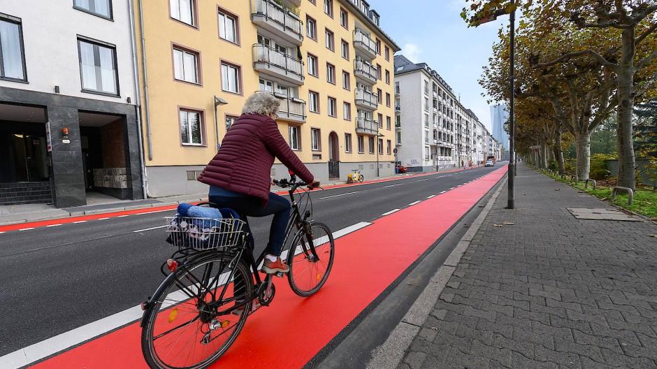 Roter Faden: In der Signalfarbe schlechthin leuchtet der Radweg auf der Straße Schöne Aussicht in Frankfurt, eine Art Musterbeispiel