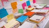 Erinnerungsstützen: Hunderte Notizzettel ihres an Demenz erkrankten Vaters hat die Künstlerin Karin Schulte gesammelt. Sie sind im Historischen Museum Frankfurt zu sehen.