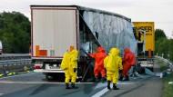 Einsatz: Immer wieder müssen Feuerwehrleute nach Unfällen mit Gefahrguttransportern ran - nahe Butzbach diese Woche schon zum zweiten Male (Symbolbild)