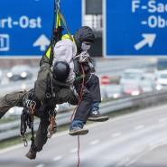 Fahrbahn blockiert, Stau provoziert: Die Aktionen der Autobahngegner wie hier auf der A 661 behinderten den Berufsverkehr erheblich