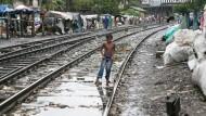 Viele Waisenkinder in der indischen Großstadt Guwahati leben auf dem Bahnsteig oder in Verschlägen an den Schienen. Childaid Network will für sie Schulen eröffnen