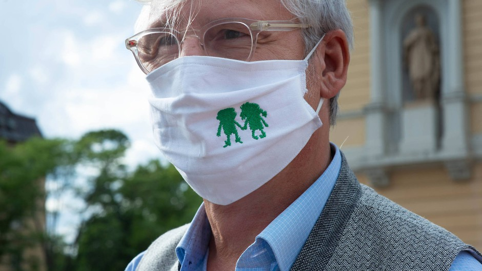 Mit eigener Maske: Darmstadts Oberbürgermeister Jochen Partsch waren im Sommer vermeintlich infizierte Masken geschickt worden.