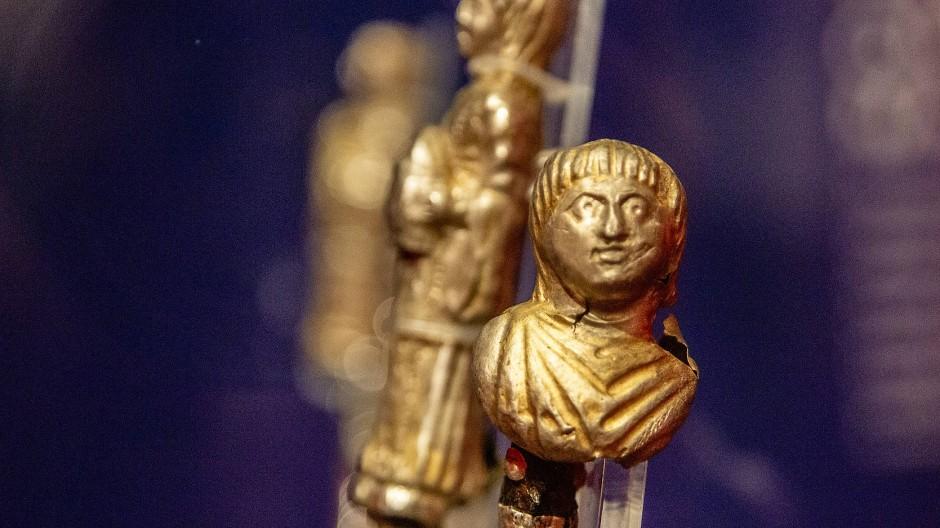 Alles in Gold: Details eines reich verzierten Klappstuhls aus Rülzheim