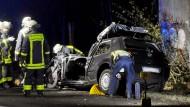 Tödliches Ende: In Frankfurt ist ein Autofahrer gestorben, weil er auf einen vom Sturm umgestürzten Baum prallte.