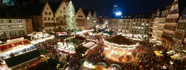 Hell erleuchtet: Der Frankfurter Weihnachtsmarkt auf dem Römerberg ist am Mittwoch eröffnet worden.