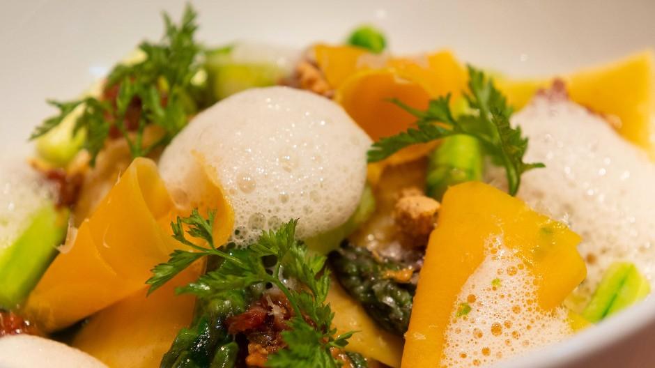 Fein: Kürbis-Ravioli mit Salbei, Amarettini und Parmesan im Restaurant Bidlabu