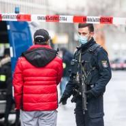 Ungewissheit nach der Attacke: Nach einer Messerattacke bewacht ein bewaffneter Polizist eine Straße im Bahnhofsviertel.