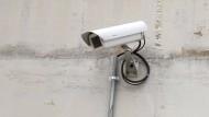 Streitfall: Mieter müssen keine Attrappe einer Videoüberwachungskamera im Hauseingang und Treppenhaus akzeptieren