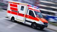 Einsatz in Neu-Isenburg: Der Fahrer sowie der Beifahrer des Kleinbusses erlitten leichte Verletzungen und kamen in ein Krankenhaus (Symbolbild)