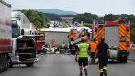 Trümmerfeld: Die verunglückten Lastzüge und das zerquetschte Wohnmobil, in dem zwei Erwachsene und ihre Tochter sowie drei Hunde starben