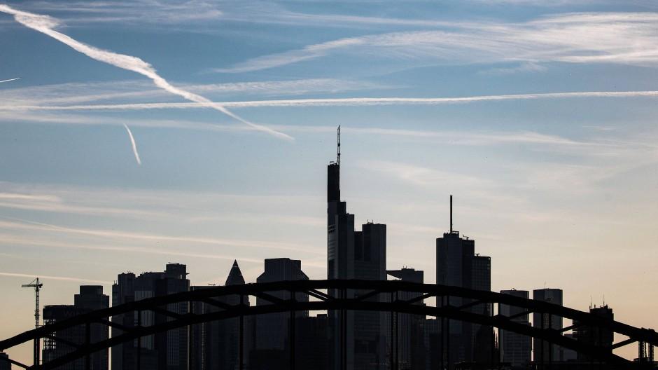 Skylines: Sogenannte Kondensstreifen am Himmel über Frankfurt. Dass der Rhein-Main-Airport der größte in Deutschland ist, kann kein Zufall sein,