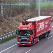 Testlauf: Ein Lastwagen fährt auf dem E-Highway auf der A5 in Südhessen